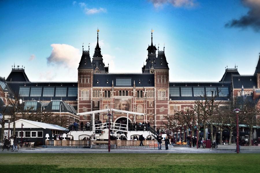O passeio pelo Musemkwartier pode começar por um dos principais pontos turísticos de Amsterdam, o Museumplein.