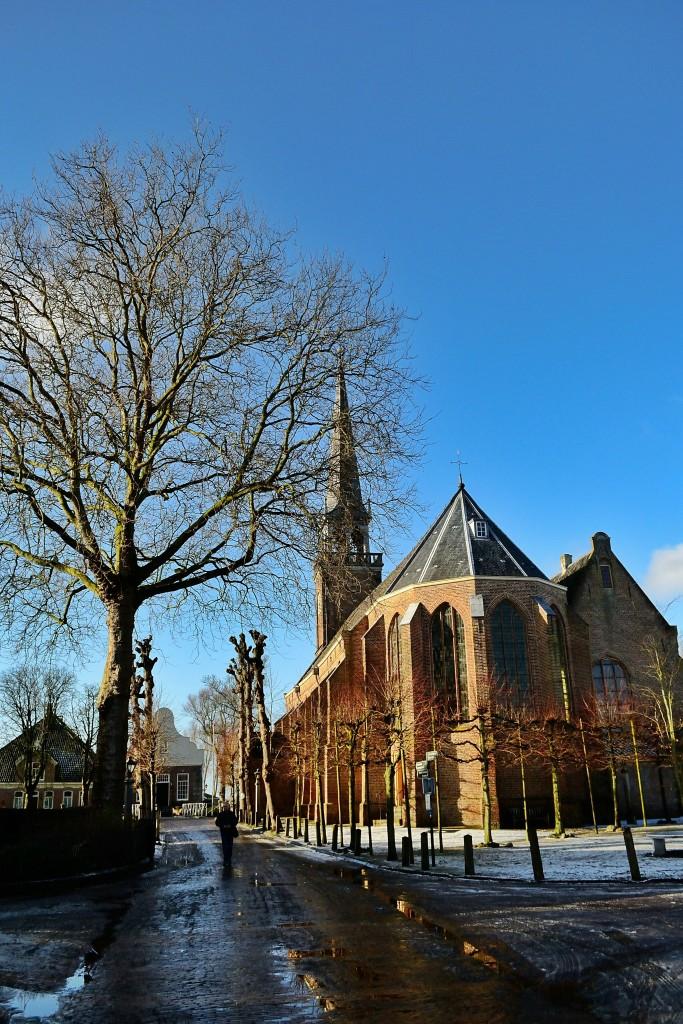 Essa igreja aí é um dos monumentos que você pode visitar quando estiver em Broek in Waterland