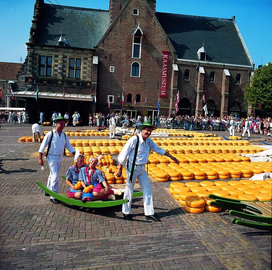 Alkmaar Kaasmarkt kaasdrager met kaasmeisje op berrie