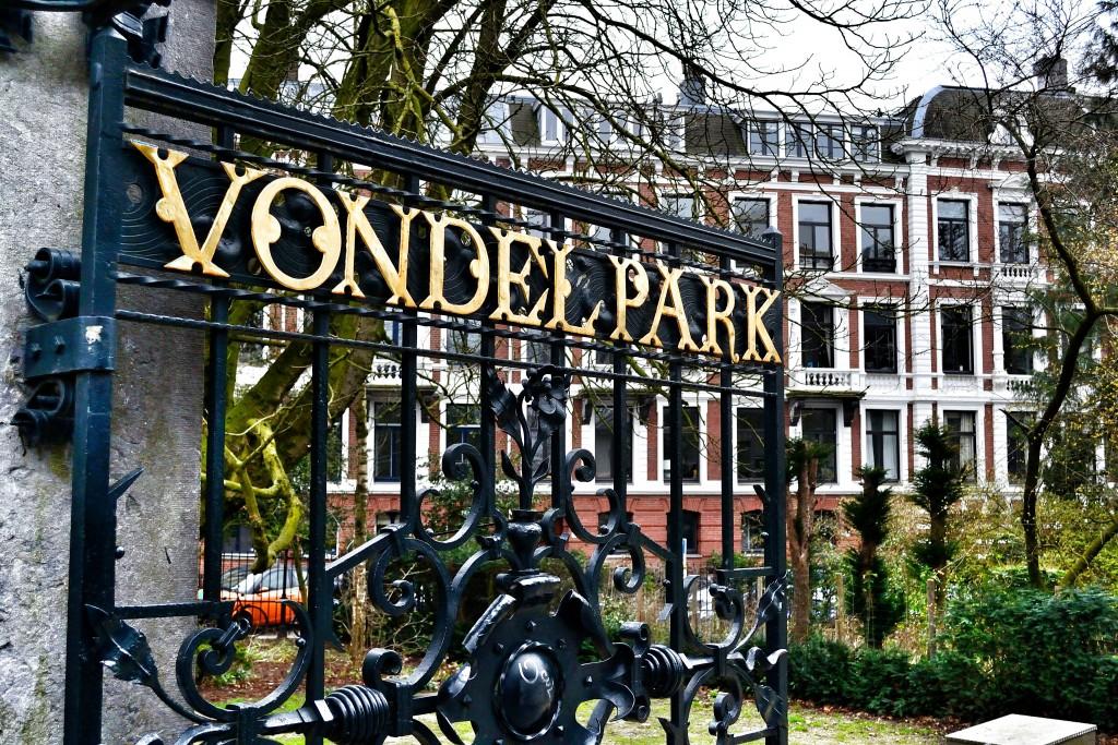 O portão da entrada principal do Vondelpark