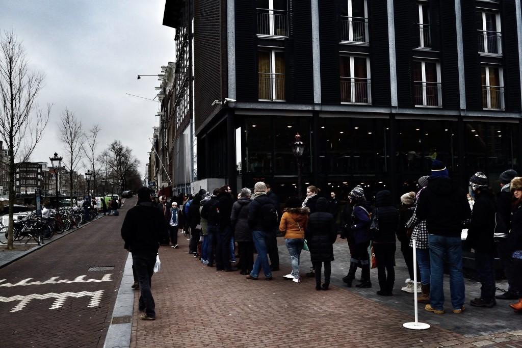 Olha como a fila no museu da Anne Frank é longa mesmo com o frio