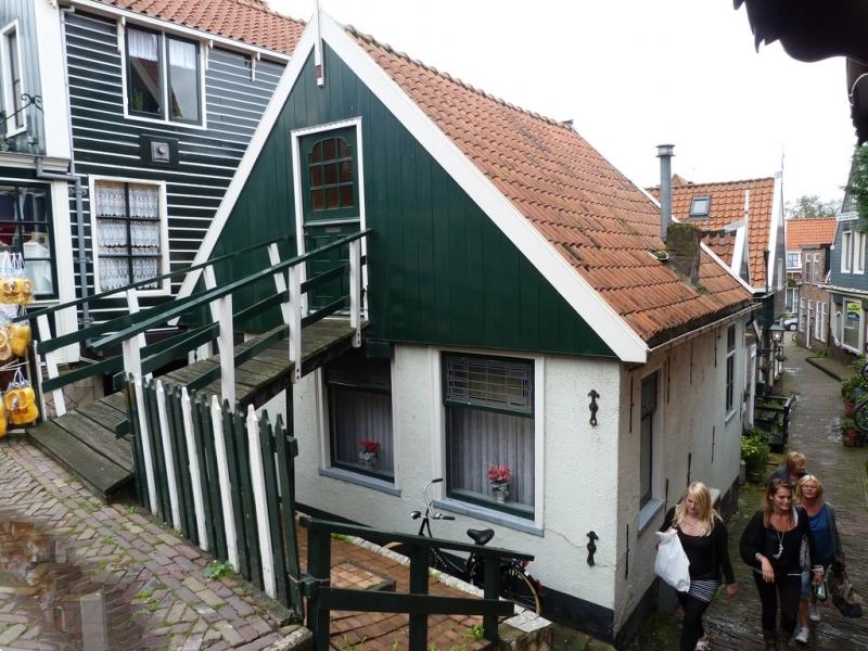 Uma casinha bem antiga no centro de Volendam