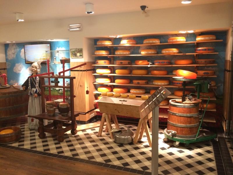 O interior da loja para compra dos queijos holandeses