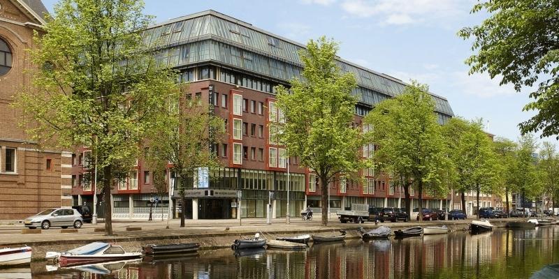onde-se-hospedar-em-amsterdam-o-hotel-fica-localizado-proximo-a-um-canal-e-tambem-dos-principais-museus-de-amsterdam