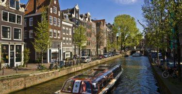 um-dos-passeios-de-barco-nos-canais-de-amsterdam