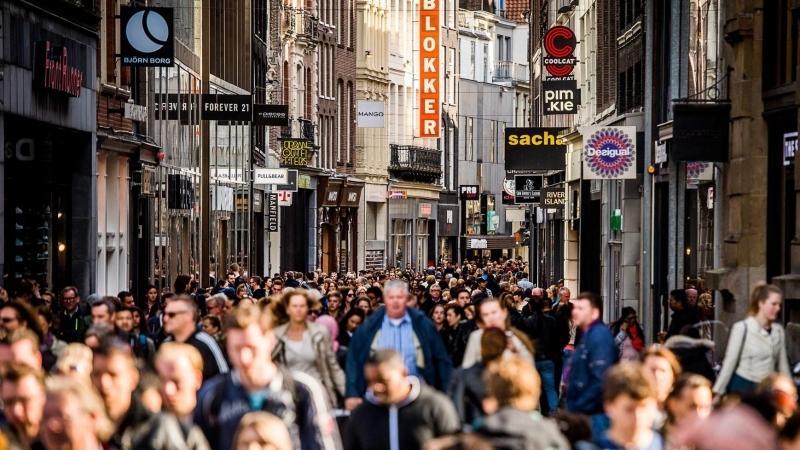 eb8c55a8d Com o fim do verão, as baixas temperaturas voltam, e uma das perguntas mais  comuns de quem vem para Amsterdam entre o outono (que já é frio) e o  inverno é ...